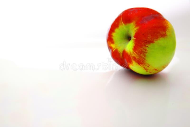 Κόκκινες και πράσινες σκιές Apple σε λευκό φόντο στοκ εικόνες με δικαίωμα ελεύθερης χρήσης