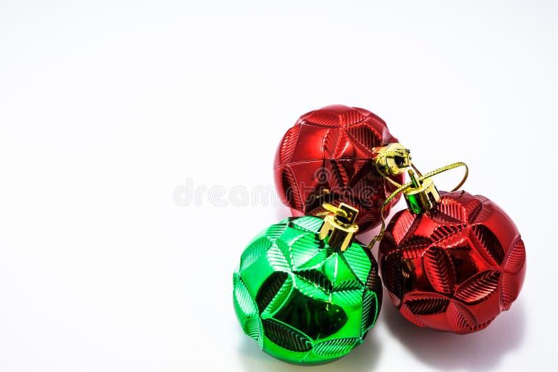 Κόκκινες και πράσινες σφαίρες Χριστουγέννων που απομονώνονται στοκ εικόνα