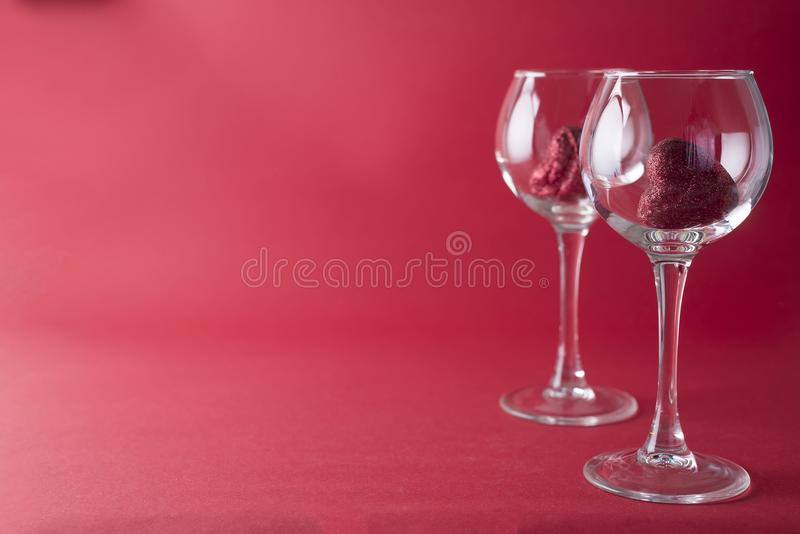 Κόκκινες καρδιές γυαλιά στο κόκκινο υπόβαθρο στοκ εικόνες