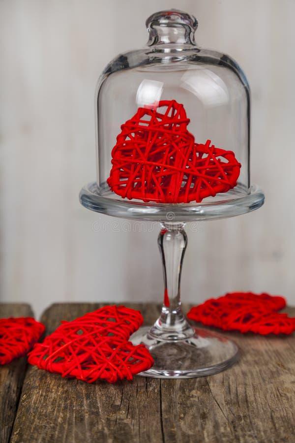 Κόκκινες καρδιές σε ένα πιάτο γυαλιού στοκ φωτογραφίες με δικαίωμα ελεύθερης χρήσης