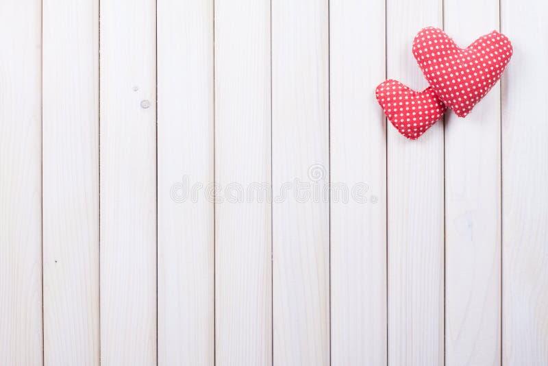 Κόκκινες καρδιές καρό στον άσπρο φράκτη στοκ εικόνες με δικαίωμα ελεύθερης χρήσης