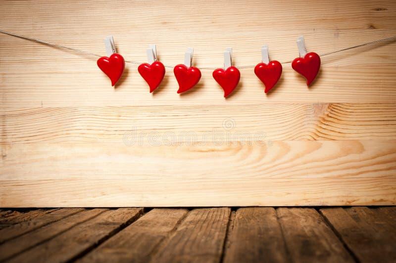 Κόκκινες καρδιές που κρεμούν στο σκοινί στοκ εικόνες