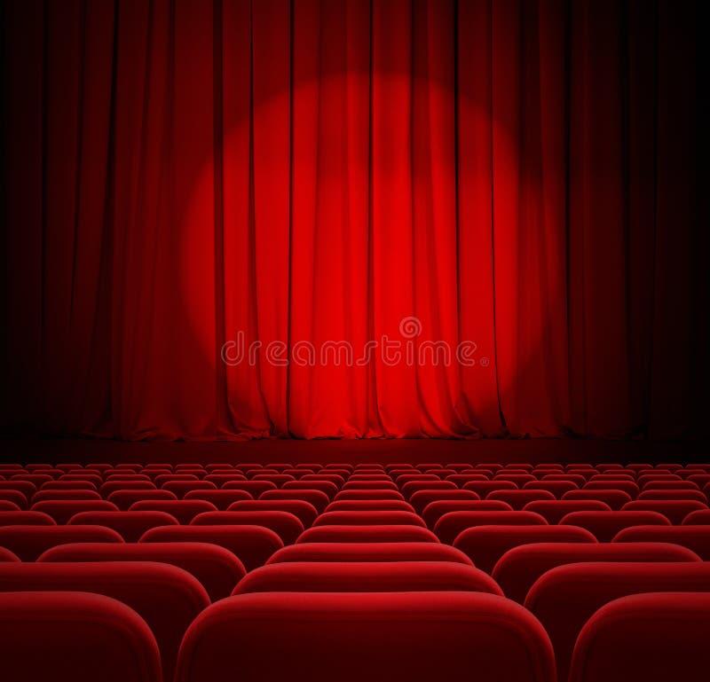 Κόκκινες κουρτίνες θεάτρων ή κινηματογράφων με το επίκεντρο και τα καθίσματα στοκ φωτογραφίες με δικαίωμα ελεύθερης χρήσης