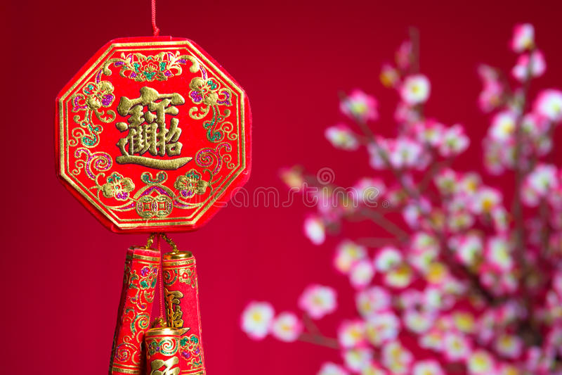 Κόκκινες κροτίδες πυρκαγιάς κατά τη διάρκεια ενός κινεζικού νέου έτους στοκ φωτογραφίες με δικαίωμα ελεύθερης χρήσης