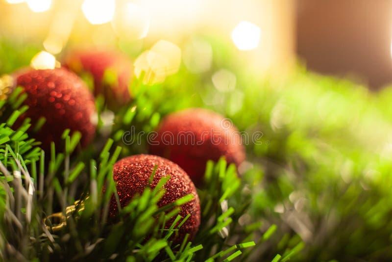 Κόκκινες λαμπρές σφαίρες παιχνιδιών Χριστουγέννων στοκ εικόνες