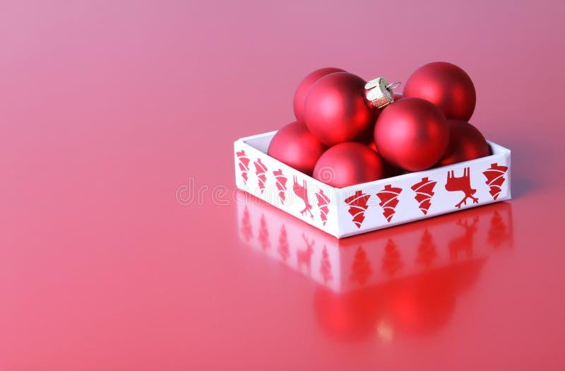Κόκκινες ματ διακοσμήσεις Χριστουγέννων στο κιβώτιο στοκ φωτογραφία