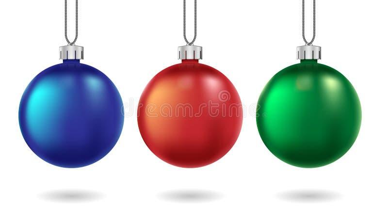 Κόκκινες, μπλε και πράσινες σφαίρες Χριστουγέννων που απομονώνονται στο λευκό Χριστούγεννα και νέο μπιχλιμπίδι έτους για τις κάρτ απεικόνιση αποθεμάτων