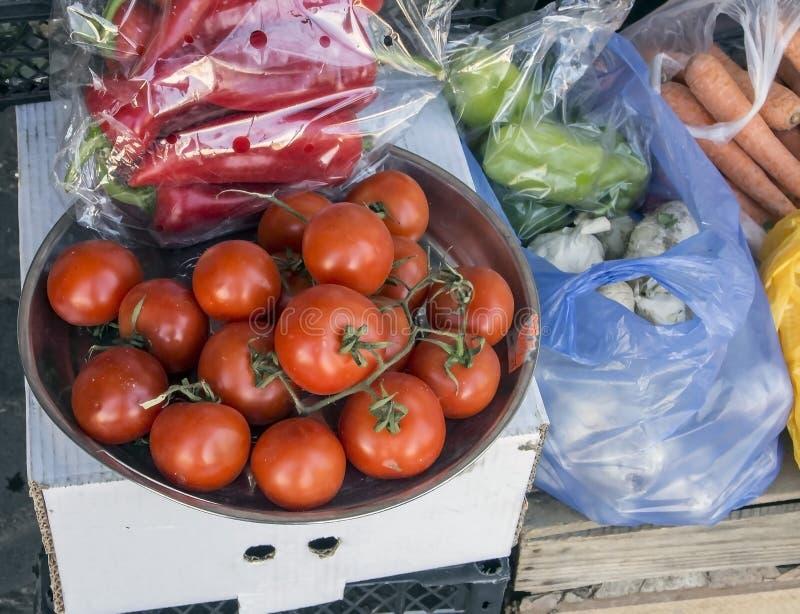 Κόκκινες ντομάτες σε ένα πιάτο στο μετρητή στοκ εικόνες