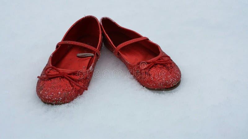 Κόκκινες παντόφλες στο χιόνι στοκ εικόνες