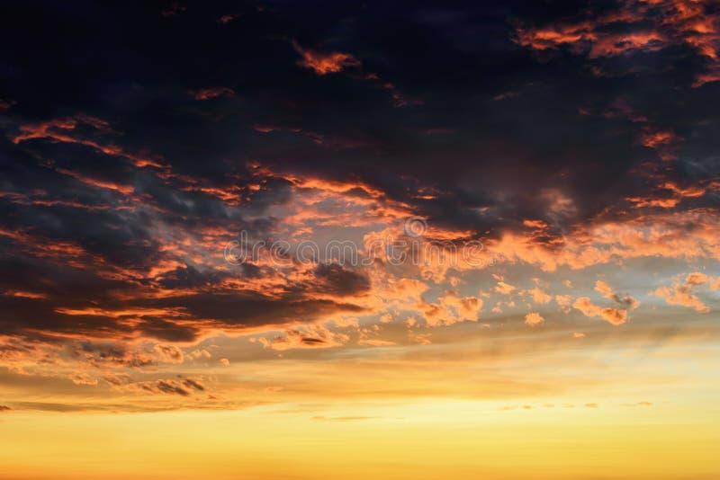 Κόκκινες πορτοκαλιές αντανακλάσεις του ήλιου ρύθμισης στα σκοτεινά thunderclouds Φυσικά σύννεφα θύελλας αναμμένα από τις τελευταί στοκ εικόνα με δικαίωμα ελεύθερης χρήσης