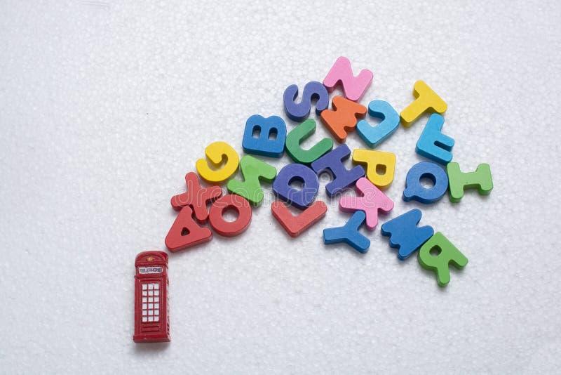 Κόκκινες πρότυπες και ζωηρόχρωμες επιστολές τηλεφωνικών θαλάμων στοκ φωτογραφία με δικαίωμα ελεύθερης χρήσης