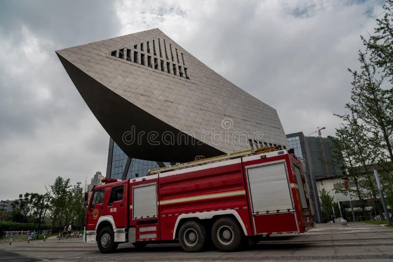 Κόκκινες πυροσβεστικές αντλίες που σταθμεύουν μπροστά από ένα σύγχρονο κτήριο στη wuhan πόλη στοκ εικόνα με δικαίωμα ελεύθερης χρήσης