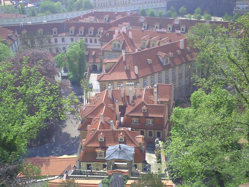 Κόκκινες στέγες της Πράγας - η πρωτεύουσα της Δημοκρατίας της Τσεχίας στοκ εικόνα με δικαίωμα ελεύθερης χρήσης