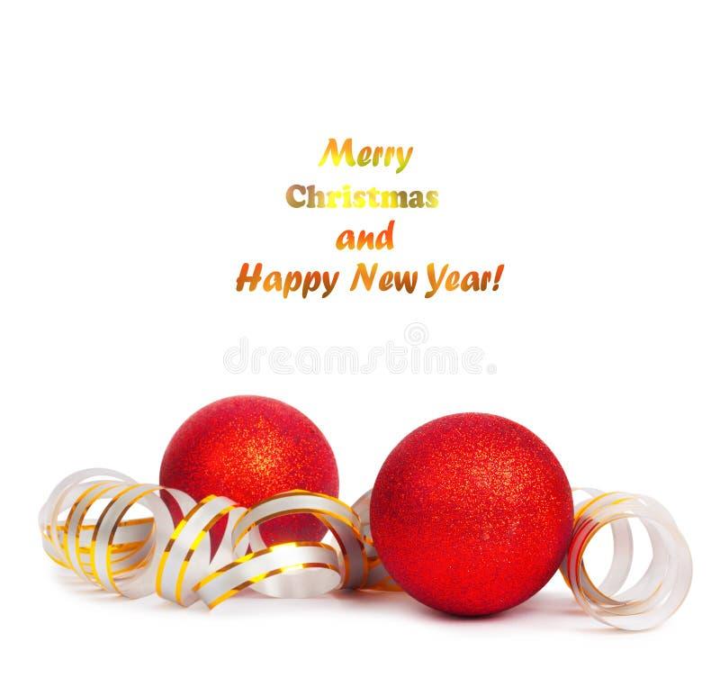 Κόκκινες σφαίρες Χριστουγέννων με τη χρυσή ταινία στοκ φωτογραφία με δικαίωμα ελεύθερης χρήσης