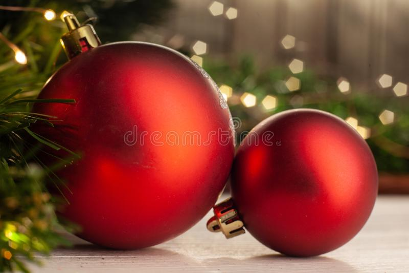 Κόκκινες σφαίρες Χριστουγέννων παιχνιδιών Χριστουγέννων στοκ εικόνες με δικαίωμα ελεύθερης χρήσης