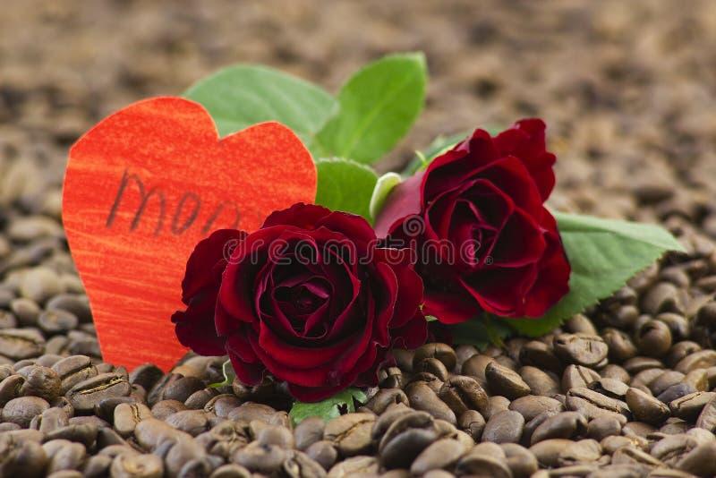 Κόκκινες τριαντάφυλλα και καρδιές εγγράφου στοκ φωτογραφία