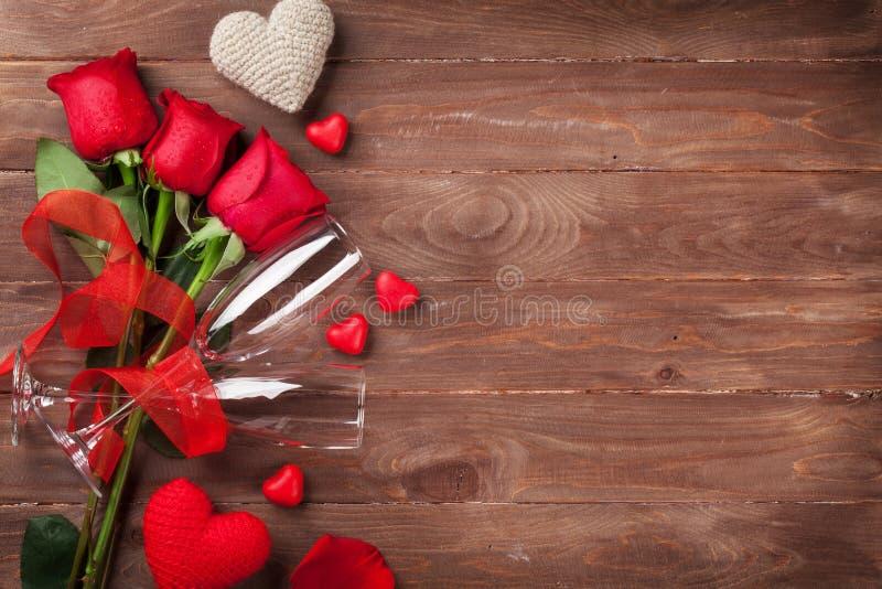 Κόκκινες τριαντάφυλλα, καρδιές και σαμπάνια στοκ φωτογραφία με δικαίωμα ελεύθερης χρήσης
