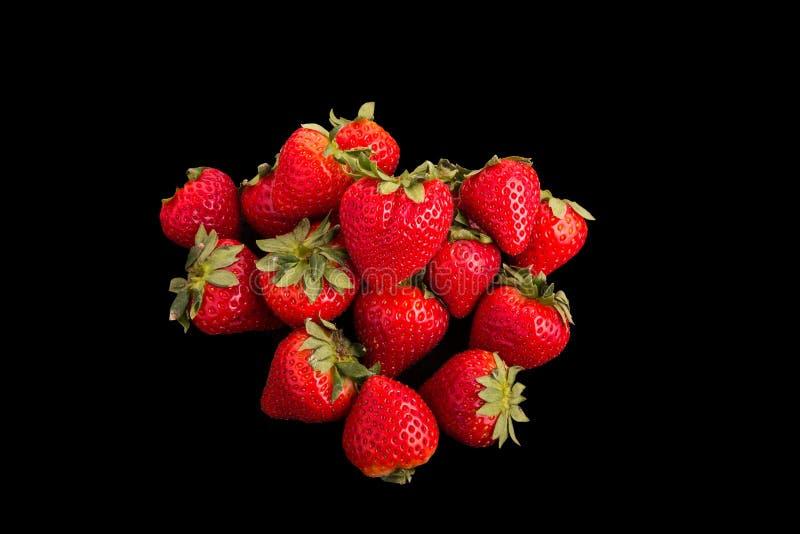 Κόκκινες φράουλες στο μαύρο υπόβαθρο στοκ φωτογραφία