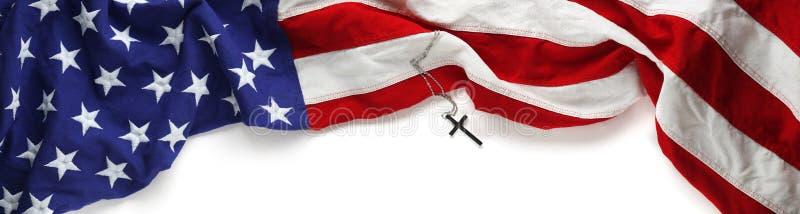 Κόκκινη, άσπρη, και μπλε αμερικανική σημαία με το χριστιανικό σταυρό στοκ φωτογραφίες