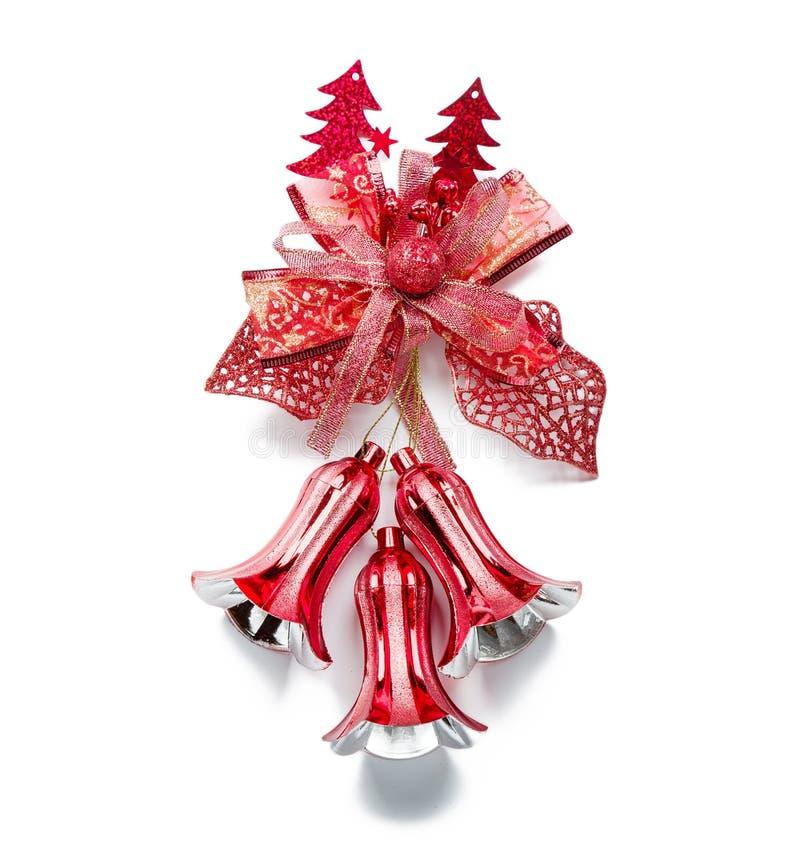 Κόκκινη ένωση διακοσμήσεων κουδουνιών Χριστουγέννων στο λευκό στοκ φωτογραφία