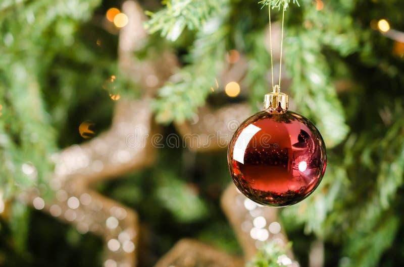 Κόκκινη ένωση διακοσμήσεων στο χριστουγεννιάτικο δέντρο στοκ φωτογραφία