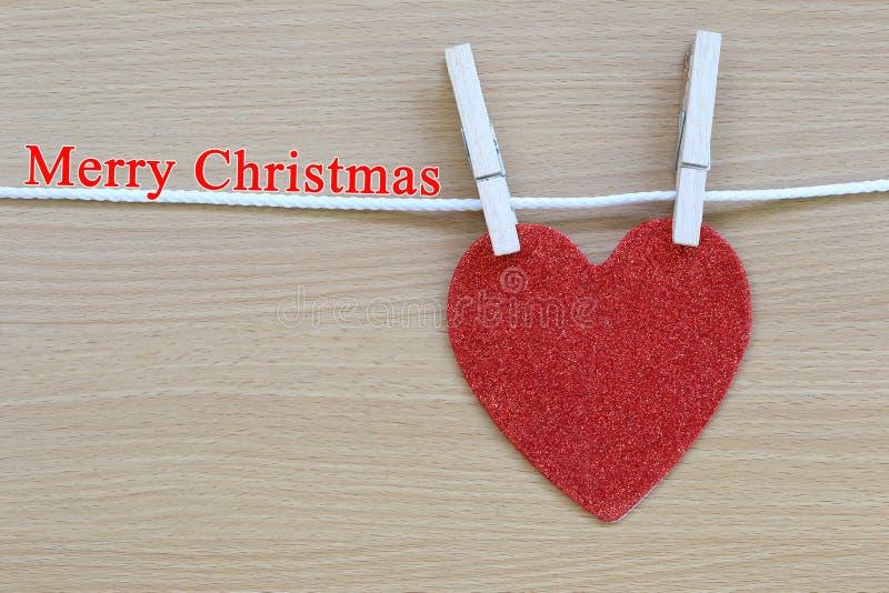 Κόκκινη ένωση καρδιών στη Χαρούμενα Χριστούγεννα σχοινιών και κειμένων στοκ φωτογραφία με δικαίωμα ελεύθερης χρήσης