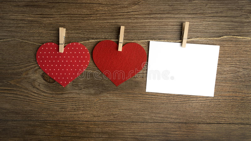 Κόκκινη ένωση καρδιών στη σκοινί για άπλωμα για τις κάρτες ημέρας βαλεντίνων στοκ εικόνες