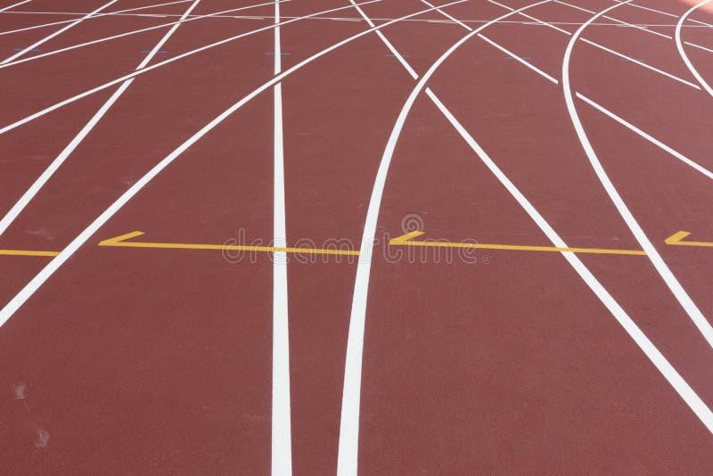 Κόκκινη αθλητική διαδρομή για το τρέξιμο στον πυροβολισμό σταδίων στη στροφή Τρέχοντας υγιής έννοια τρόπου ζωής Περίληψη αθλητικο στοκ φωτογραφία