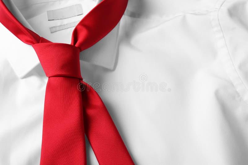 Κόκκινη αρσενική γραβάτα στο άσπρο πουκάμισο, κινηματογράφηση σε πρώτο πλάνο στοκ φωτογραφίες με δικαίωμα ελεύθερης χρήσης