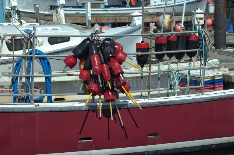 Κόκκινη βάρκα με τους σημαντήρες στοκ φωτογραφία με δικαίωμα ελεύθερης χρήσης