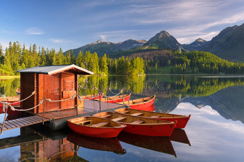 Κόκκινη βάρκα σε μια λίμνη βουνών στοκ φωτογραφία με δικαίωμα ελεύθερης χρήσης