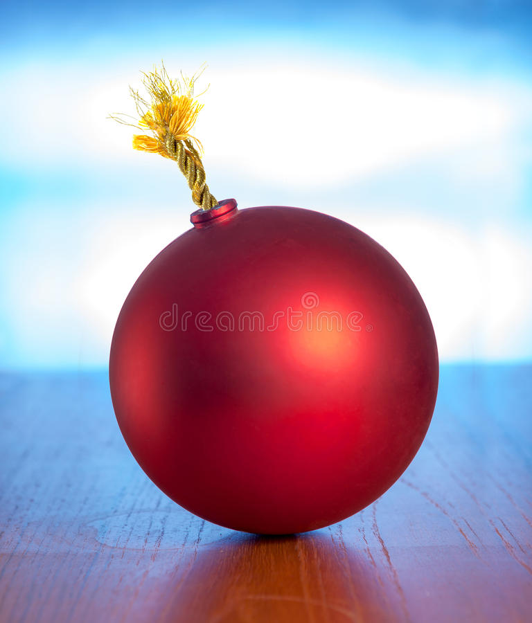 Κόκκινη βόμβα με τη χρυσή θρυαλλίδα στοκ φωτογραφίες