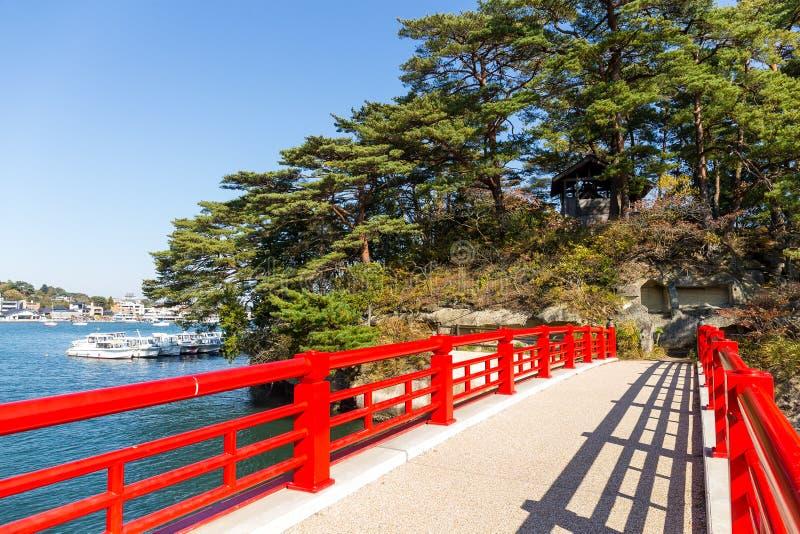 Κόκκινη γέφυρα στα νησιά Matsushima στοκ εικόνες