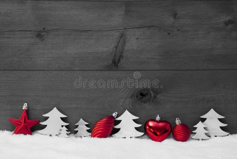 Κόκκινη, γκρίζα διακόσμηση Χριστουγέννων, χιόνι, διάστημα αντιγράφων, σφαίρα, δέντρο στοκ φωτογραφία