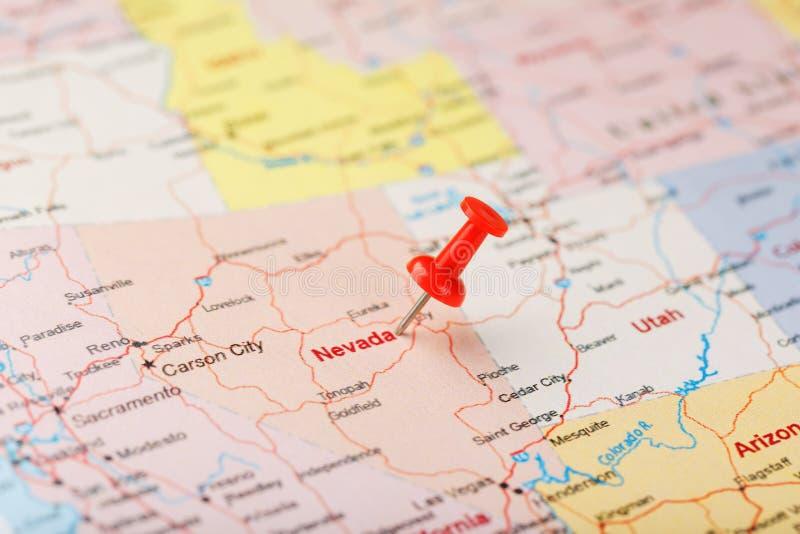 Κόκκινη γραφείου βελόνα σε έναν χάρτη των ΗΠΑ, της Νεβάδας και της κύριας πόλης του Carson Χάρτης Νεβάδα κινηματογραφήσεων σε πρώ στοκ εικόνες