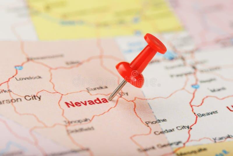 Κόκκινη γραφείου βελόνα σε έναν χάρτη των ΗΠΑ, της Νεβάδας και της κύριας πόλης του Carson Χάρτης Νεβάδα κινηματογραφήσεων σε πρώ στοκ φωτογραφίες