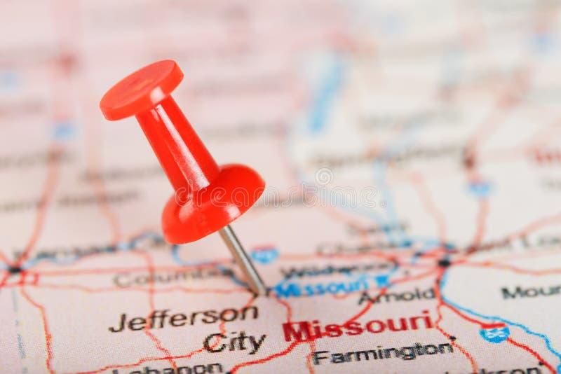 Κόκκινη γραφείου βελόνα σε έναν χάρτη των ΗΠΑ, του Μισσούρι και της κύριας πόλης του Jefferson Κλείστε επάνω το χάρτη του Μισσούρ στοκ εικόνες