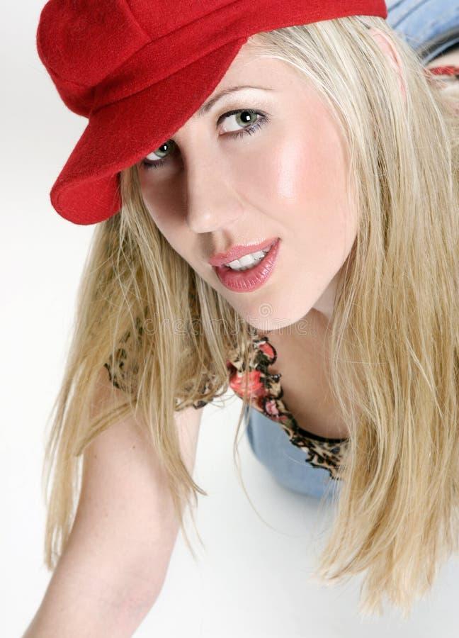 κόκκινη γυναίκα καπέλων ΚΑΠ στοκ εικόνα με δικαίωμα ελεύθερης χρήσης