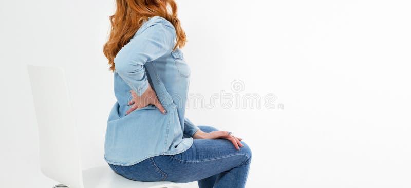 Κόκκινη γυναίκα τρίχας τον πόνο στην πλάτη που απομονώνεται με στο λευκό στοκ φωτογραφίες με δικαίωμα ελεύθερης χρήσης