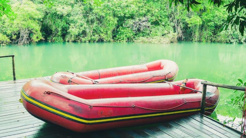 Κόκκινη διογκώσιμη βάρκα και τα πράσινα νερά του ποταμού Formoso στοκ φωτογραφία με δικαίωμα ελεύθερης χρήσης