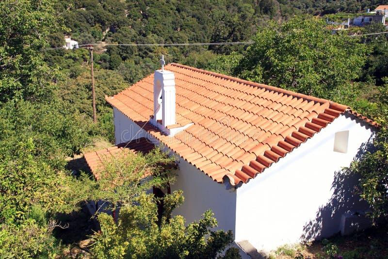 Κόκκινη εκκλησία στεγών κεραμιδιών στο χωριό, Κρήτη, Ελλάδα στοκ φωτογραφίες