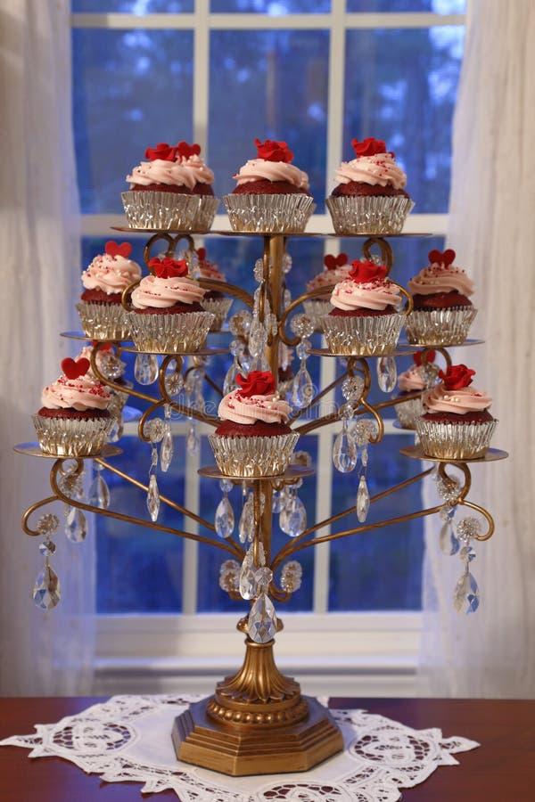 Κόκκινη επίδειξη βελούδου cupcakes στοκ εικόνα