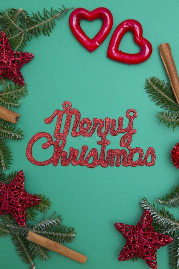 Κόκκινη επιγραφή Χαρούμενα Χριστούγεννας σε ένα πράσινο υπόβαθρο ένας-χρώματος στοκ εικόνες με δικαίωμα ελεύθερης χρήσης