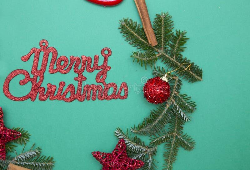 Κόκκινη επιγραφή Χαρούμενα Χριστούγεννας σε ένα πράσινο υπόβαθρο ένας-χρώματος στοκ φωτογραφία με δικαίωμα ελεύθερης χρήσης