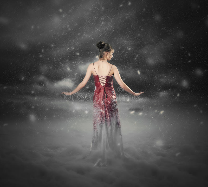 Κόκκινη θύελλα χιονιού φορεμάτων. στοκ φωτογραφία με δικαίωμα ελεύθερης χρήσης