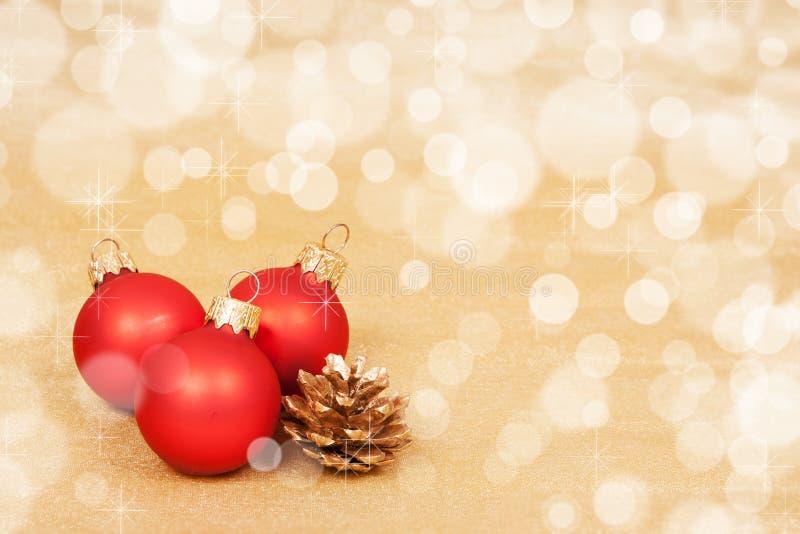 Κόκκινη διακόσμηση Χριστουγέννων σε ένα υπόβαθρο bokeh με το copyspace στοκ εικόνες