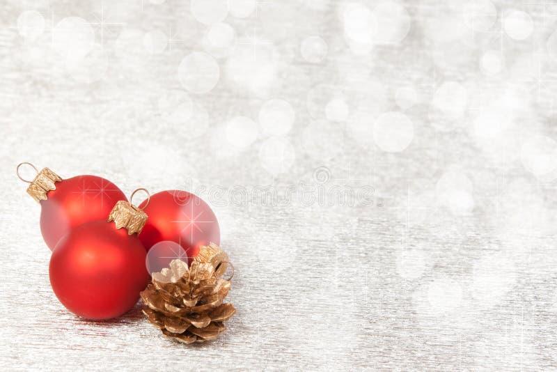Κόκκινη διακόσμηση Χριστουγέννων σε ένα υπόβαθρο bokeh με το copyspace στοκ φωτογραφία με δικαίωμα ελεύθερης χρήσης
