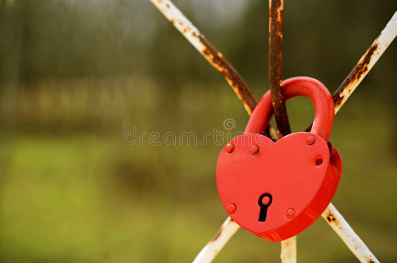Κόκκινη διαμορφωμένη καρδιά κλειδαριά στοκ εικόνα
