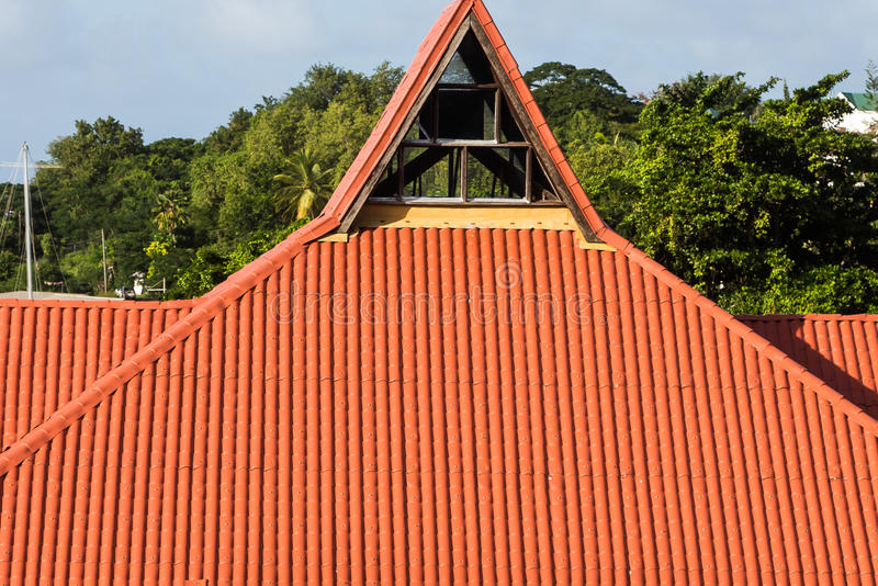 Κόκκινη διαμορφωμένη πυραμίδα στέγη κεραμιδιών στοκ φωτογραφία με δικαίωμα ελεύθερης χρήσης