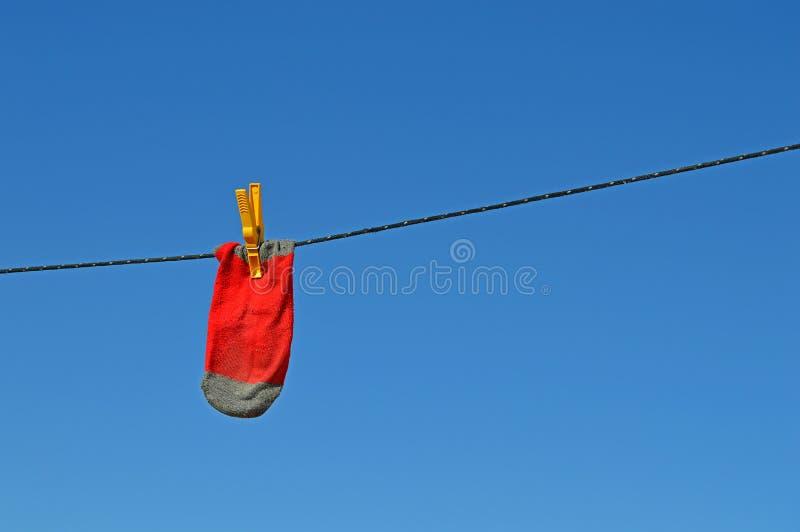 Κόκκινη κάλτσα σε μια γραμμή πλύσης στοκ φωτογραφία με δικαίωμα ελεύθερης χρήσης